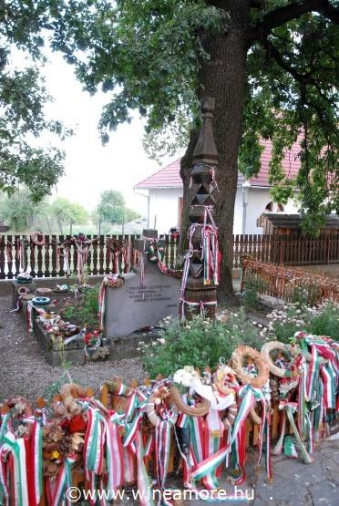 Farkaslaka - Tamási Áron síremléke